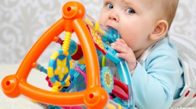 Diş Çıkaran Bebeklerde Oyuncak Tercihi Nasıl Olmalıdır ?